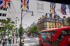 Londres, Oxford street (louis.labbez) Tags: street red england london english flag oxford londres gb angleterre rue autobus drapeau trafic royaumeuni labbez buspedetrian