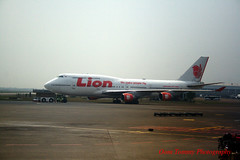 being towed away (tomzcafe) Tags: indonesia cengkareng banten lionair canonkitlens1855mm soekarnohattainternationalairport