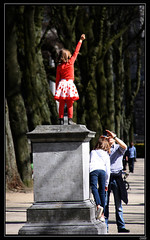 Statue pour rire (chando*) Tags: girls brussels statue children daddy photographer bruxelles papa enfants plinth filles parcducinquantenaire photographe socle jubileepark