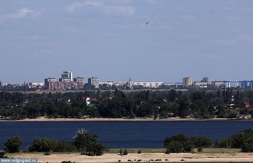 Город Волгоград и река Волга: вид на город с острова, расположенного посередине реки/  photo_2012_7_8_21_39_14