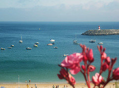 Ponto (SarahMagic) Tags: sesimbra setbal setubal portugal praia beach umbrellas parasol colorful umbrella sea blue boats barcos flowers sand