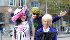 Joker jokes jokingly (Ben Gun) Tags: portrait anime portraits shopping 50mm book costume comic tour cosplay f14 hamburg snapshot manga hauptbahnhof hbf kostm gewandung chisaii einkaufstour nikond3000 chisaii52