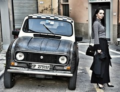 Renault 4... in buona compagnia... Renault & Ralù... (henryark) Tags: street city italy colors girl beautiful smile look car fashion contrast vintage bag parking saturday voiture legendary renault tuscany toscana macchina raluca enrico elegance epoca scacchi renault4 nannini vialexxsettembre castelfiorentino henryark