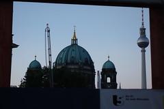 Eingrahmt: Berliner Dom und der Fernsehturm (Pascal Volk) Tags: berlin fernsehturm berlinerdom berlinmitte sonydscrx100