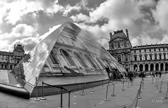En passant voir JR au Louvre (Jack_from_Paris) Tags: jpr7230d800ebw nikon d800e nikkorfisheyeais2816mm 16mm fisheye capture nx2 lr lightroom noiretblanc monochrom uga wide angle bw paris le louvre nuages cloud passants cour du entrée pyramide jr