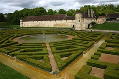French garden in Villarceaux (Val d'Oise) Profile view (Sokleine) Tags: france geometric gardens 95 manor iledefrance jardins manoir valdoise frenchgarden jardinàlafrançaise villarceaux ninondelenclos frenchheritage