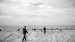 People at the beach (bergen aan zee) (*smi*) Tags: bw sony zee bergen aan rx100