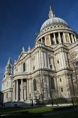 The Gardens & Cathedral (CoasterMadMatt) Tags: city uk greatbritain winter england building london english saint st architecture buildings outside photography nikon worship exterior cathedral photos unitedkingdom britain top south united great january stpauls structures kingdom front structure christian east photographs dome gb borough british christianity southeast stpaulscathedral iconic saintpaulscathedral anglican cityoflondon saintpauls nikond3200 2015 londonlandmarks londonlandmark d3200 iconicbuildings southfront coastermadmatt london2015 january2015 coastermadmattphotography