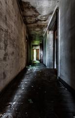 Sigue la luz (Perurena) Tags: door light luz puerta shadows darkness decay ruina walls mansion rayo sombras pasillo paredes escombros estrecho abandono oscuridad urbex vandalismo urbanexplore