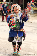 (d.huepe) Tags: world street people woman thailand calle mujer asia gente tailandia tribes tribe seller mundo akha tribu vendedora
