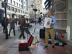 044 (Jusotil_1943) Tags: gente camara acordeon vigilancia musico ambulante musicales intrumentos