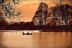 Romance (Arnzazu Vel) Tags: trees sunset red naturaleza lake nature germany munich mnchen lago atardecer deutschland boat romance alemania englischergarten