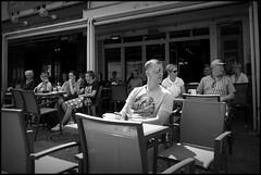 Aalst (B) - Grote Markt - 2016/05/09 (Geert Haelterman) Tags: blackandwhite white black monochrome belgium candid streetphotography fujifilm zwart wit geert streetshot aalst x10 alost photoderue straatfotografie photographiederue fotografadecalle strassenfotografie fotografiadistrada haelterman
