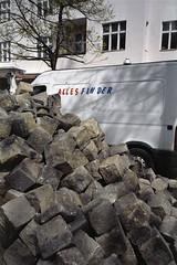 ALLES FINDER (Florian Thein) Tags: berlin film analog 35mm plaster steine yashicat5 expired finder transporter charlottenburg pflaster oldfilm kopfsteinpflaster abgelaufen kodakfarbwelt alterfilm allesfinder