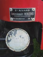 MERCEDES UNIMOG (Plaque concessionnaire et bouchon réservoir)) (xavnco2) Tags: red rot rouge 4x4 plateau plate cap winch dealer flatbed mog pritsche treuil mercedesunimog