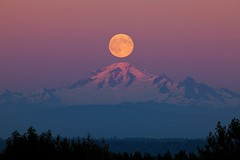 Mount Baker Moon (gordeau) Tags: above sunset moon night full clear gordon top20favourites mountbaker ashby explored unanimous flickrchallengegroup flickrchallengewinner thechallengefactory supermoon thepinnaclehof kanchenjungachallengewinner gordeau tphofweek214