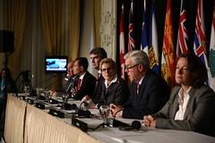 Premier/premier ministre Selinger speaks to media/parle aux médias