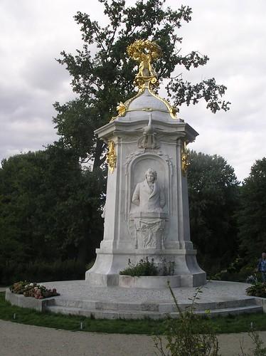 1904 Berlin Komponistenofen genanntes Haydn-Mozart-Beethoven-Denkmal von Rudolf Siemering und Sohn Wolfgang Siemering Marmor am Goldfischteich im Großen Tiergarten Straße des 17. Juni in 10557 Tiergarten