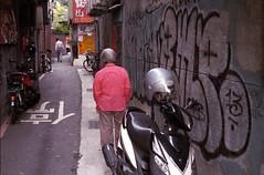 Thinking (Edward M-Y Lin) Tags: film contaxg2 xtra400 planart45mmf2
