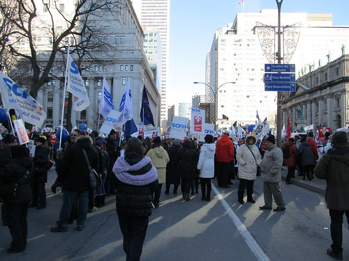 Teamsters Canada Workers Holding Flags and Rallying / Travailleurs de Teamsters avec des drapeaux