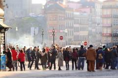 Um bom dia para passear (Z Carlos) Tags: street people portugal pessoas porto rua prdio manualfocus diorama focomanual zuiko50mm18 epl1 olympusviewer3