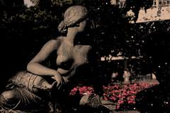 stadttt (Papiertrümmer) Tags: berlin alex statue wasser hauptstadt brunnen skulptur alexanderplatz neptunbrunnen krug