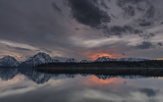 Grand Teton NP (JurijGoerzen) Tags: sunset sky sun mountain lake clouds mirror see nikon outdoor himmel wolke lodge d750 tamron signal sonne jacksonlake 2470