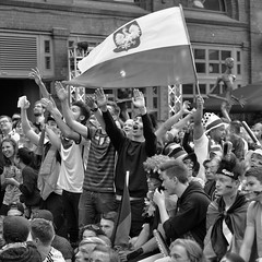 Public Viewing zur Fuball EM 2016 in Berlin (Agentur snapshot-photography) Tags: bw berlin sport deutschland fan blackwhite tv europa fussball emotion euro flag europameisterschaft match sw fans em schwarzweiss fahne flagge deu uefa jubel effekt personen flaggen freude wettbewerb fahnen leinwand gestik publicviewing geste gasto deutschlandfahne fussballspiel leinwnde deutschlandflagge gesten fanmeile fussballfan nationalfarben bertragung nationalflagge optimistisch fussballfans randbild nationalfahne fussballmatch kmpferisch grossbildleinwand fanmeilen landesfahne landesflagge nationalfahnen nationfahne ffenltich