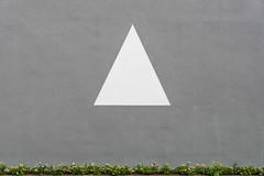 Triangle (Dingens-Kirchen) Tags: wall campus sony minimalism garching cala fassade 18135 minimalismus