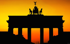 Brandenburger Tor Silhouette (FH | Photography) Tags: sunset berlin silhouette europa dusk colorfull hauptstadt himmel landmark stadt brandenburgertor quadriga farbe atmospheric stimmungsvoll siegessule pariserplatz sulen wahrzeichen abends schattenriss denkal