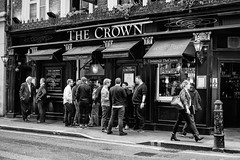 Standing at the corner (Marc Nikonis) Tags: street city england people man london english coffee bar cafe pub noir fuji leute gente strasse stadt londres gb angleterre fujifilm crown ingles rue blanc kaffe personnes ville homme gens inglese passant inghilterra anglais individus fussgaenger
