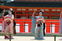 Special dance performace at Heian Shrine (logroll) Tags: japan fan dance kyoto shrine performance maiko geisha kimono gion matsuri  heianjingu miyagawacho   toshisumi kimitoyo