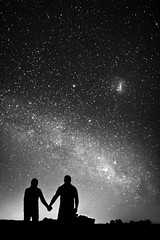 Admiring the milky way (hzeta) Tags: admiring admirando milky way stars via lactea estrellas sky cielo night noche romantic romantico couple pareja love amor black white blanco y negro bw bn astrophotography astrofotografia