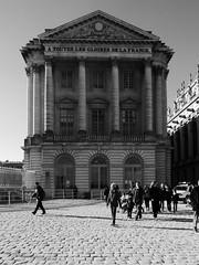 A toutes les gloires de la France (Nicolas -) Tags: versailles france castle chateau nb bw muse museum visit visite tourism tourisme yvelines column colonne building btiment nicolasthomas fronton window fentre place