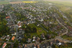 Ballonfahrt: Alsdorf-Eschweiler (Neuwieser) Tags: above hot eye birds de photography photo photographie view ride air hotair ballon balloon picture heisluftballon aerial photograph cameron aachen ballooning birdseye vues prise luftbild arienne ballonfahrt vogelperspektive luftaufnahme ballonfahren siedlung alsdorf aerophoto heisluft luftbildaufnahme luftbildfotografie broicher
