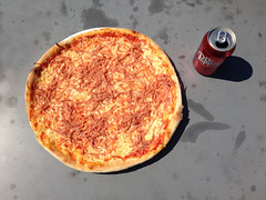 Pizza og Dr. Pepper (cyclonebill) Tags: pizza drpepper ost tomat sodavand skine