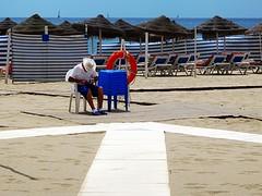 el hamaquero (David Willis.) Tags: blue espaa white beach spain playa andalucia andalusia fuengirola sunbeds davidwillis canong10 hamaquero
