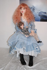 Trinity og MSD (Idril-Keeps) Tags: red ball doll dolls alicia box riding trinity huge hood opening bjd elysia jointed bjds boxopening dollmore 105cm