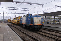 D-loc 203-2(Utrecht Centraal 14-5-2016) (Ronnie Venhorst) Tags: road railroad holland sport train canon de eos rebel utrecht diesel v100 outdoor d nederland eisenbahn rail railway zug bahnhof railwaystation v vehicle cs locomotive loc 100 t3 bahn trein 203 spoor centraal 1100 spoorwegen lok treinen 2014 spoorweg wagen 2016 diesellok emmerich 2032 dloc dieseltrein volkerrail dieselloc goederentrein wagens 1100d materieel dlok dieselmaterieel eos1100d spoormaterieel eos1100