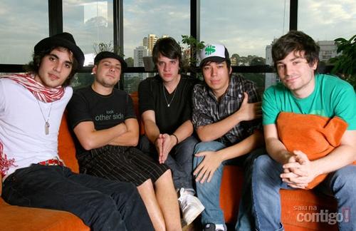 Fiuk e os integrantes da banda hori