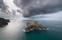 El martillo de Thor (Ahio) Tags: longexposure sea seascape storm green water clouds zeiss landscape blues asturias shore 15mm llanes islets blackcard stormscape bayofbiscay marcantbrico zf2 distagont2815 horcadocuevas