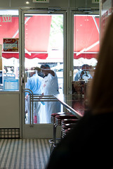 JHONNY ROCKETS HAMBURGER AND DANCE (skech82) Tags: california people food usa kitchen vintage losangeles santamonica fast clean persone hamburger cibo cucina pulire d3000 skech82