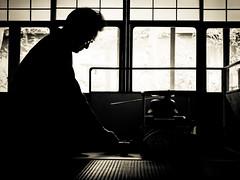 Leçon de thé du maître quand l'élève n'arrive pas à se concentrer - 06 (Stéphane Barbery) Tags: japan kyoto 京都 日本 japon sensei sasaki thé 茶 茶道 leçon chashitsu urasenke temae sadô 風炉 furô
