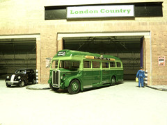 Green Line T558C Coach at London Country Garage. (Man of Yorkshire) Tags: bus london ford buses coach model garage depot popular greenline horsham diorama k3 londontransport diecast 176 oogauge 103e oxforddiecast blinkagain