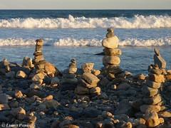 Cairns (stacked stones) at sunset (LuisaLuisa) Tags: sunset sea usa lighthouse faro tramonto mare unitedstates newengland rhodeisland cairns cairn pointjudith statiuniti narragansettbay pointjudithlighthouse