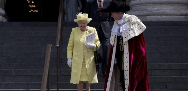 """Âncora da Globo se impressiona com vestido de rainha e decreta: """"Poderosa!"""""""