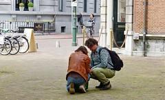 De tas (Roel Wijnants) Tags: jack wandelen leer denhaag tas vrienden dagjeuit leder straat inpakken echtpaar straatfoto dagjeweg roel1943 roelwijnants hofstijl mooidenhaag roelwijnantsfotografie absolutelythehague haagspraak