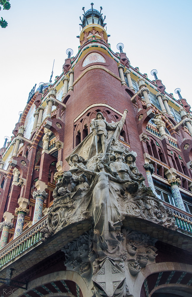 la joya de la corona rosa de cyan tags barcelona escultura fachada