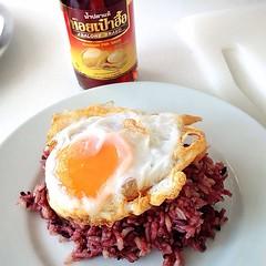 ข้าวสวยร้อนๆ ไข่เป็ดดาวยางมะตูมกรอบ กะ น้ำปลาแท้หอยเป๋าฮื้อ ก็พอแบ้วว ^^