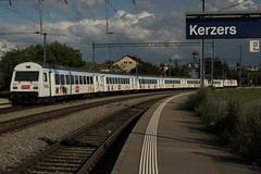 BLS Ltschbergbahn Lokomotive Re 465 004 - 0 mit Taufname Trubschachen und Werbung fr Kambly am Bahnhof Kerzers im Kanton Freiburg - Fribourg in der Schweiz (chrchr_75) Tags: train de tren schweiz switzerland suisse suiza swiss eisenbahn railway zug august sua locomotive christoph svizzera bls bahn treno chemin centralstation sveits fer locomotora tog juna lokomotive lok sviss ferrovia zwitserland sveitsi spoorweg suissa locomotiva lokomotiv ferroviaria  locomotief chrigu  szwajcaria rautatie 1308   2013 zoug trainen ltschbergbahn  chrchr hurni chrchr75 chriguhurni august2013 albumblsltschbergbahn chriguhurnibluemailch albumbahnenderschweiz2013712